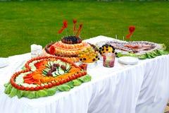 Таблица украшенная с сердцами плодоовощ и сосисок Стоковые Фото