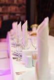 Таблица установила для элегантного обедающего в ресторане Стоковая Фотография RF