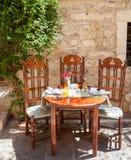 Таблица установленная на греческое кафе Стоковая Фотография RF