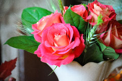 Таблица установленная с розами Стоковая Фотография