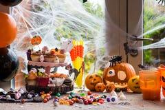 Таблица установленная для обедающего хеллоуина Стоковая Фотография