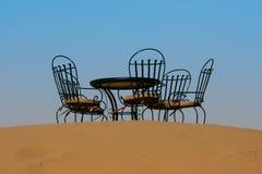 Таблица чая с стульями в пустыне Сахары, Марокко стоковая фотография