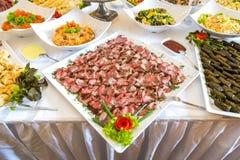 Таблица шведского стола корпоративная Части мяса на плите Стоковые Фотографии RF