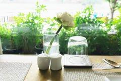 Таблица элегантности настроенная с цветками лотоса Стоковое фото RF
