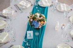 Таблица элегантности настроила для wedding в ресторане Стоковая Фотография