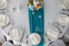 Таблица элегантности настроила для wedding в ресторане Стоковое Изображение RF