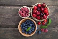 таблица ягод свежая деревянная стоковое изображение rf