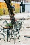 Таблицы в кафе на улице Кафе улицы Рестораны в Monten Стоковые Фотографии RF