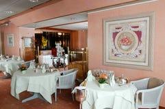 Таблицы готовые для обедающего на ресторане на Leukerbad Стоковое фото RF