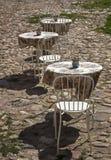 Таблицы и кафе стульев внешнее стоковые фотографии rf