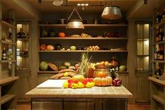 Таблицы и полки с зрелыми овощами Стоковые Фото