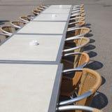 Таблицы и строка стульев и ashtrays Стоковая Фотография RF