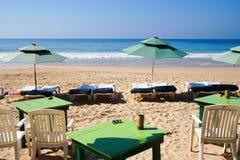 Таблицы и Sunbeds с зонтиком на пляже Mirissa Стоковое Изображение RF