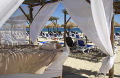 Таблицы массажа на пляже с белым песком Стоковые Фотографии RF