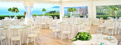 Таблицы ресторана подготовки для wedding Стоковые Изображения