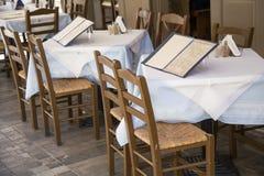 Таблицы с стульями и доской меню Стоковая Фотография RF