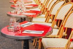 Таблицы традиционного внешнего французского кафа в Париже Стоковые Фотографии RF