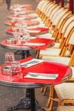 Таблицы традиционного внешнего французского кафа в Париже Стоковое Изображение