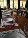 Таблицы установки в dinning комнате Стоковые Изображения