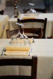 Таблицы установленные в ресторан Стоковое Изображение RF