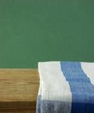 Таблиц-салфетка и старая деревянная таблица палубы Стоковая Фотография RF