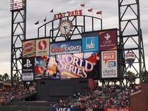 Табло HDTV парка ATT в месте на открытой трибуне дальней части поля показывает Worl Стоковая Фотография RF
