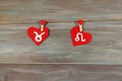 Тавр и лев знаки зодиака и сердец войлок Woode стоковые фото