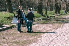 Таганрог, Россия - 07 04 19: молодые отцы стоят в парке и болтовне стоковая фотография rf