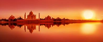 Тадж-Махал во время захода солнца в Агре, Индии стоковое фото