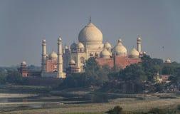 Тадж-Махал как осмотрено от форта Агры, Уттар-Прадеш, Индии стоковые изображения rf