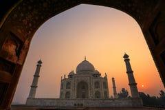 Тадж-Махал на восходе солнца обрамленный с сводом мечети, Агры, u стоковая фотография rf