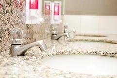 Тазик в туалете Стоковые Фото