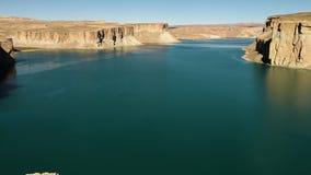 Таз озера окруженный скалами травертина сток-видео