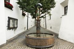 Таз фонтана деревянный с статуей солдата скульптуры римской Стоковое Изображение