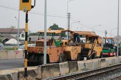 ТАИЛАНД 16,2016 -ГО ФЕВРАЛЬ: Рабочий-строители на проломе стоковые фото