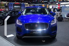 Таиланд - декабрь 2018: закройте вверх по - виду спереди автомобиля голубого цвета E-побежки ягуара роскошного дорогого представл стоковое фото rf