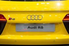 Таиланд - декабрь 2018: конец вверх по логотипу бренда автомобиля спорт Audi R8 желтого представленного в экспо Nonthaburi Таилан стоковое изображение