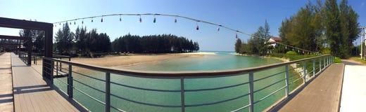 Таиланд Мост над потоком реки пропуская в море во время входа и песчаного пляжа с хвойными деревьями Стоковые Изображения RF