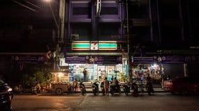 Таиланд: 12-ое апреля 2015 - 7 11 7-11 ночной магазин a Стоковые Фотографии RF