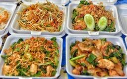 Таиланд, Паттайя, еда 27,06,2017 в контейнерах на мамах ночи Стоковое Фото