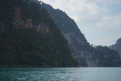 Таиланд, Пхукет, 2018 - шлюпка Таиланда на озере Khao Sok, красивом пейзаже, озера гор очень красива Стоковые Фотографии RF