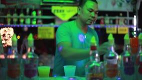 Таиланд, Koh Samui, 9-ое февраля 2016 Barthender делает коктеили на баре ночи 1920x1080, hd видеоматериал