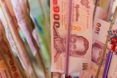 Таиланд 100 банкнот бата которые буддийские люди дарят для t Стоковые Фото