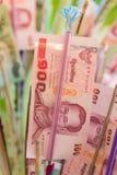Таиланд 100 банкнот бата которые буддийские люди дарят для t Стоковое фото RF