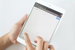 Таиланд - 6-ое апреля: Руки человека указывают на прибор экрана касания с serch Google Serch Google верхне в двигателе serch в Th Стоковое Изображение