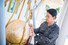 Таиланд - 27-ое ноября 2016: Золото Loknimit женщины заключительное Стоковые Фото