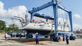 Таиланд Пхукет: 2016 23-ье мая, яхта тянуть вне для ремонта на Марине лагуны шлюпки Пхукета Стоковое Фото
