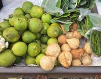 Таиланд - рынок кокоса и грейпфрута в городе Samut Songkram рынка Maeklong железнодорожном Стоковые Фото