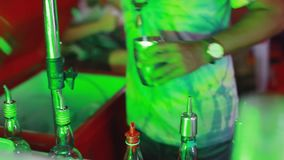 Таиланд, Koh Samui, 6-ое декабря 2015 Бармен делает коктеиль в баре 1920x1080, hd сток-видео