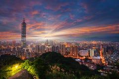 Тайбэй 101 возвышается над районом Xinyi на сумерк Стоковая Фотография